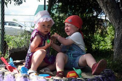 И не тронь мои игрушки Дети песок игрушки спор конфликт лето