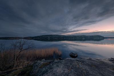 Проблеск заката карелия ладога залив закат скалы деревья облака холод пейзаж природа