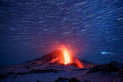 Огонь и звезды Камчатка вулкан извержение природа путешествие фототур пейзаж лава рассвет звезды