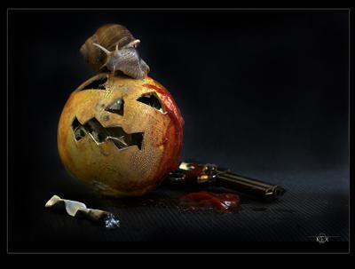 NatureMorte с улиткой  Хэллоуин Halloween тыква улитка револьвер смерть