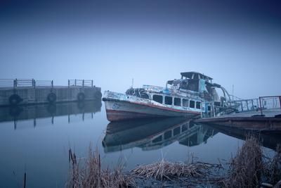 Forever lasting blue hour корабль пирс причал камыш туман река вода длинная выдержка