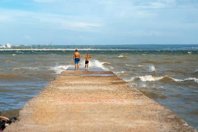 непогода не страшна! море река озеро волнорез волны шторм лето купание купаться люди дети Новосибирск Обь водохранилище