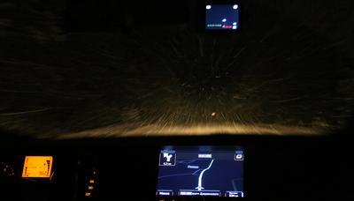 Прорыв в пургу ночь снег дорога уверенный пилот навигатор