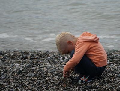 обида дети море галька осень туризм абхазия