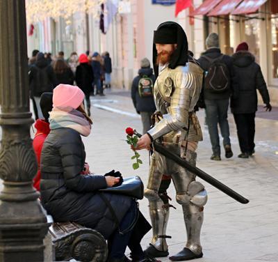 На улицах города можно увидеть галантного мужчину люди лица город прохожие уличный портрет стрит мужчины репортаж