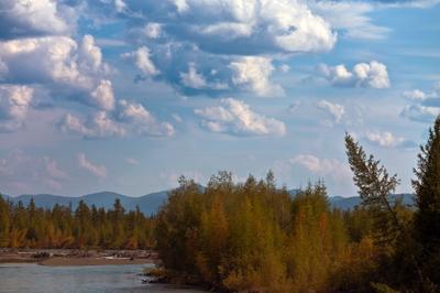 Начало осени река облако горы лес