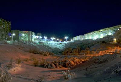 Ночной Полярный город ночь огни дома окна свет фонари снег