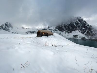 Домик у озера Дом горы зима снег пейзаж озеро туман гора природа