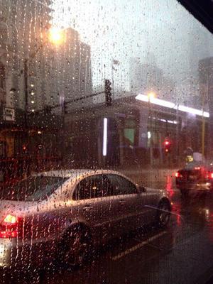 Дождь за окном. Дождь город мегаполис капли на стекле