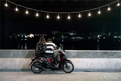Свидание Свидание парочка влюбленные любовь скутер мотоцикл вечер фонари река