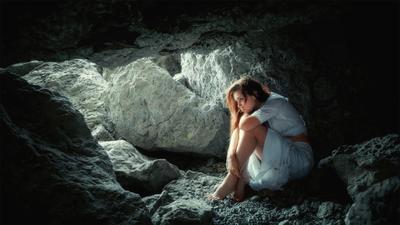 В себе девушка портрет камни платье убежище тишина страх пещера Россия Краснодар