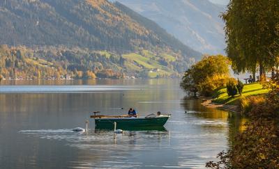 Рыбак и лебеди: совместная рыбалка Австрия горы Альпы озеро Цель Ам Зее лебеди рыбак лодка