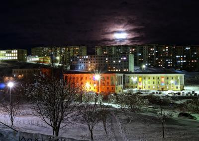 Ночной Полярный город ночт огни дома окна свет луна тучи снег