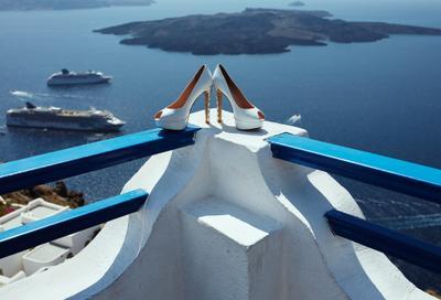 Туфельки невесты свадьба обувь туфли женская остров лето Греция Санторини море корабли отпуск путешествие