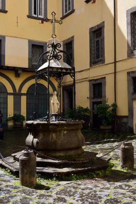 Неаполитанский дворик Италия Неаполь дворик статуя май 2015