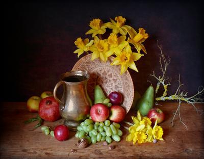 Нарциссы и фрукты (вариант на темном фоне) натюрморт с нарциссами фруктами латунный кувшин