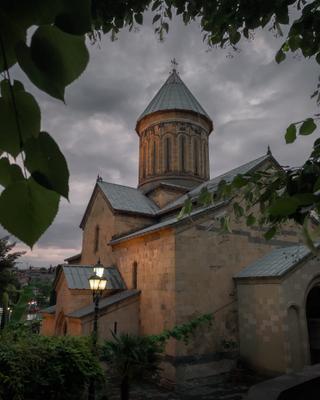 Вечер в Тбилиси Тбилиси Грузия путешествие архитектура город городской пейзаж уличная фотография iphone 12 pro церковь храм православие религия
