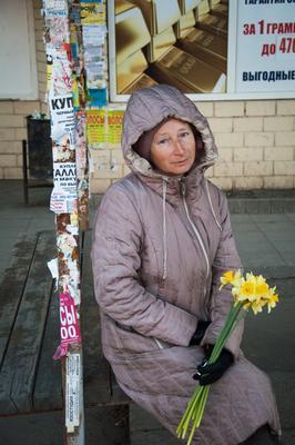 Продавщица цветов женщина улица продавец цветы нарцисс