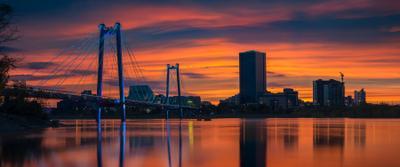 Город на большой реке пейзаж природа город архитектура красноярск енисей сибирь мост вантовый подсветка берег набережная свет краски отражения река закат большой высокий небоскреб