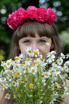 Девушка в цветах цветы девушка лето природа цвета вгляд естественность