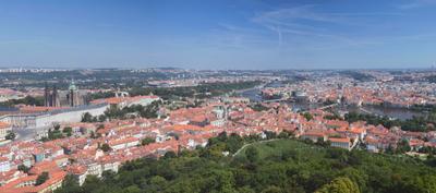 На ладони Прага Чехия Prague Check Republic красные крыши панорама Пражский Град