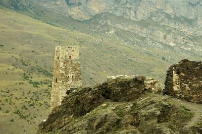 Родовая башня в Куртатинском ущелье, Северная Осетия