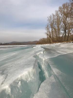 Весны вдыхая аромат, река разломит льда оковы.