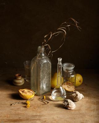 Композиция с бутылками, ракушками и сухими грушами