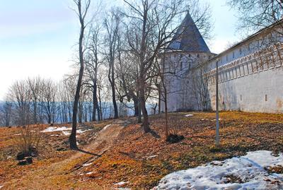 Весна у стен монестыря