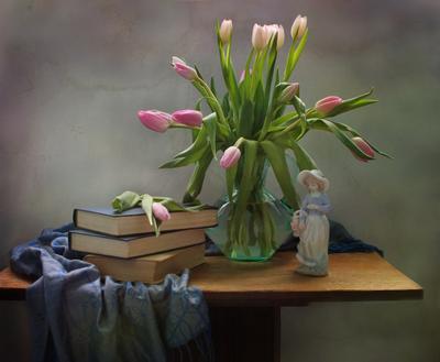 О весне... тюльпаны цветы фарфор статуэтка книги