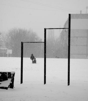 *** зима снег санки конструкция город дом геометрия турник