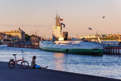 Лето, велосипед и подводная лодка Санкт-Петербург вечер река подводная лодка девушка велосипед