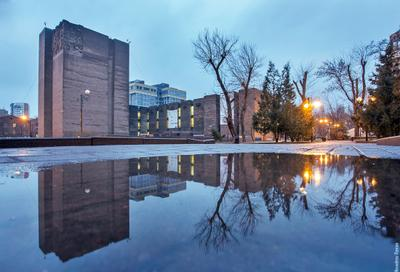 Донская Государственная Публичная Библиотека ростов ростов-на-дону город архитектура отражение дождь вода улица вечер библиотека пушкинская