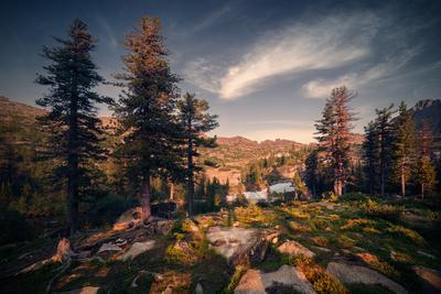 Озеро Лазурное пейзаж природа ергаки саяны лазурное горы скалы вершины хребет озеро вечер спящий саян дно камни отражения вода холодный большой высокий красивая