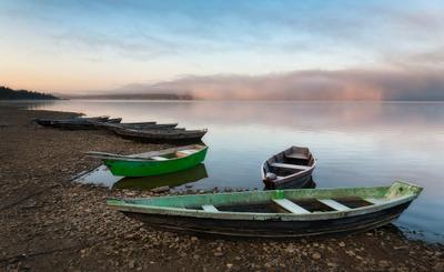 Утро на Зюраткуле. Зюраткуль Лодки Осень Туман Утро