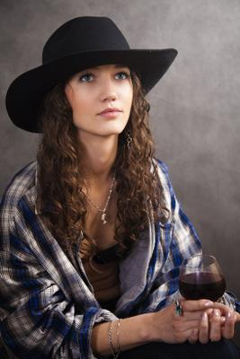 Cowgirl портрет девушка шляпа бокал