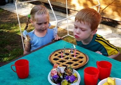 Дуй сильнее, Миша! день рождения, свечи, торт, малыши.