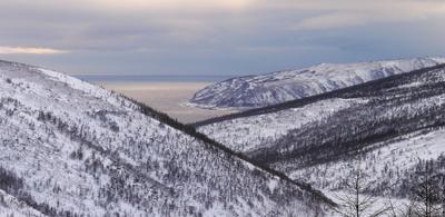 Грани сопки море тучи снег зима