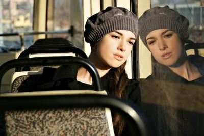 Весна Весна солнце тепло девушка дочь трамвай берет отражение мечта мысли взгляд