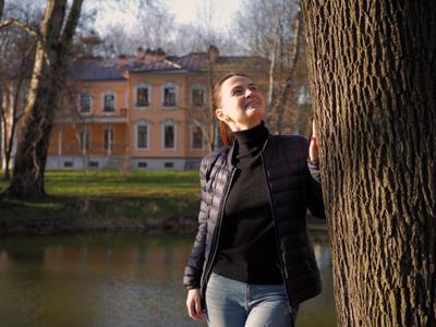 *** Весна девушка пруд дерево усадьба