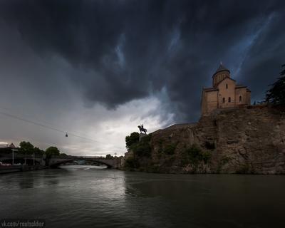 Дождливый Тбилиси Тбилиси Грузия путешествие архитектура город городской пейзаж iphone 12 pro urban церковь храм религия