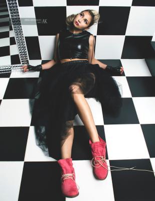 Dark Beauty дизайнерская одежда кожа модель фотомодель студия свет поза fashion девушка журнал Dark Beauty шах мат лестница шахматы