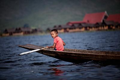 *** мьянма бирма озеро Инле мальчик лодка