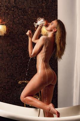 Молочная вечеринка молоко ванна девушка модель студия фотографильясорокин ильясорокин ню тело душ