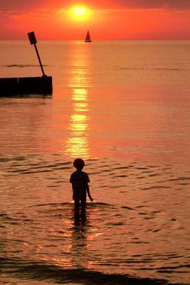 Провожая солнце солнце море мальчик