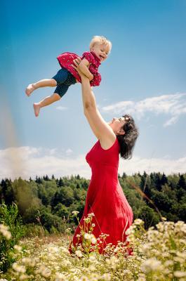 В луговых ромашках дети природа семейное прогулка