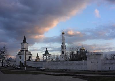 Стена с башнями и колокольня Николо-Угрешского монастыря монастырь, колакольня