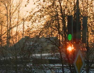 То ли красный свет, то ли зелёный - то ли ждать, то ли гнать ? Светофор солнце закат