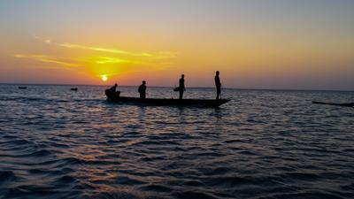 Аборигены на закате Закат Занзибар лодка