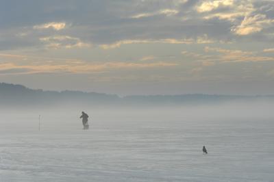 Утро на озере озеро туман небо зима рыбак